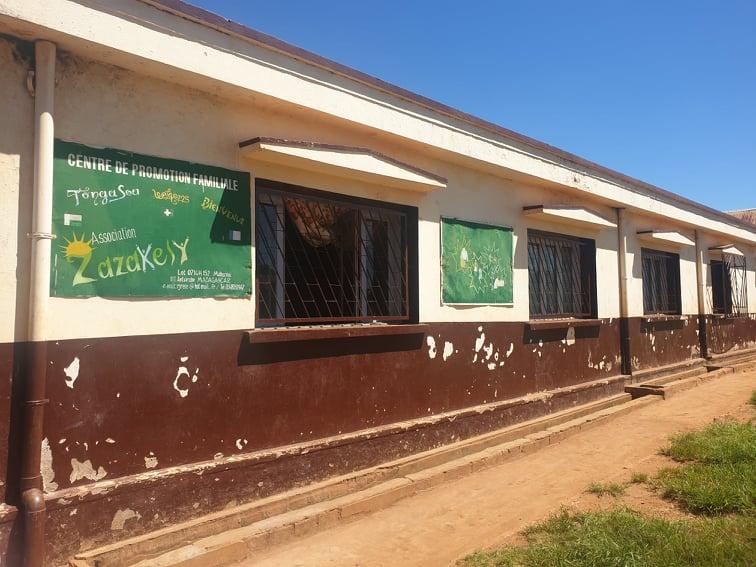 """Zazakely, """"petits enfants"""" en malagasy oeuvre à la scolarisation dans le quartier de Mahazina"""
